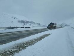 انجام عملیات برفروبی و بازگشایی جاده در ۳۰۰ کیلومتر مسیر سمنان