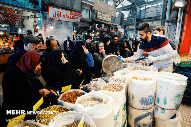 People buying fruits for Yalda night in Hamedan
