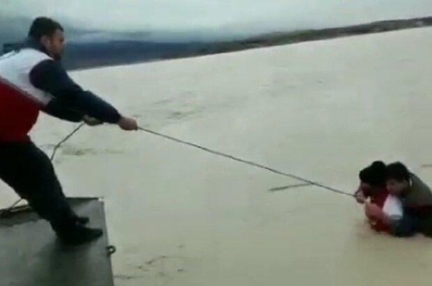 ایک رضاکار شخص کا سیلاب سے متاثرہ علاقہ میں فداکاری کا منظر