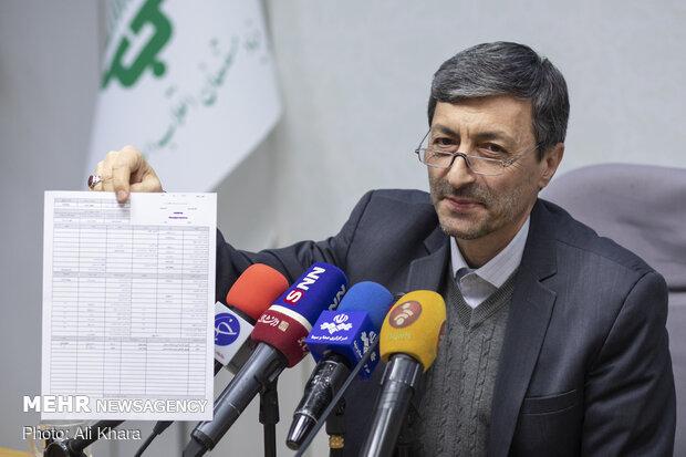 پرویز فتاح رئیس بنیاد مستضعفان انقلاب اسلامی در حال نشان دادن فیش حقوقی خود به خبرنگاران حاضر در نشست خبری