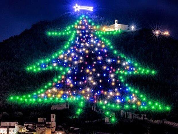 اٹلی میں دنیا کا سب سے بڑا کرسمس ٹری روشن