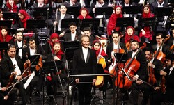 Shahrdad Rohani acknowledges the audience after conducting the Tehran Symphony Orchestra during a performance at Tehran's Vahdat Hall on December 26, 2019. (Honaronline/Barat Zamani)