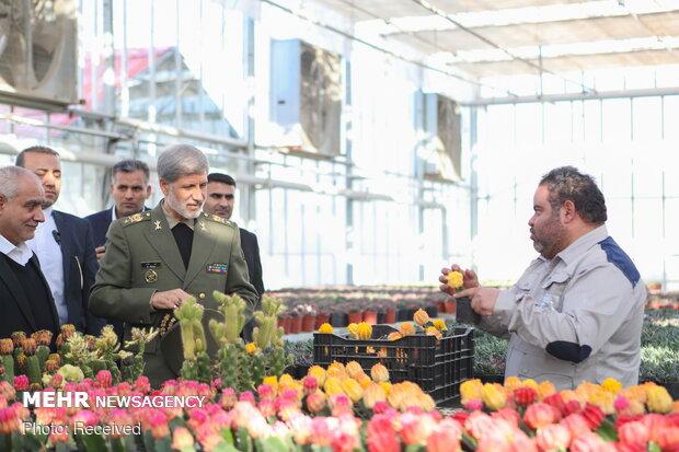 """وزير الدفاع يتفقد المجمعات الزراعية والصناعية في مدينة """"ورامين"""""""