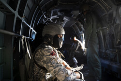 ایرانی بحریہ کے فوجی اور سپاہی اہلکاروں کی بحری ڈاکوؤں کا مقابلہ کرنے کی مشق