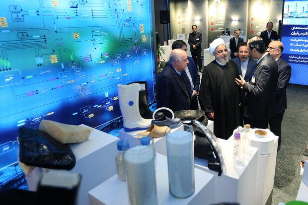 روحاني يتفقد معرضا لصناعة البتروكيمياويات الإيرانية