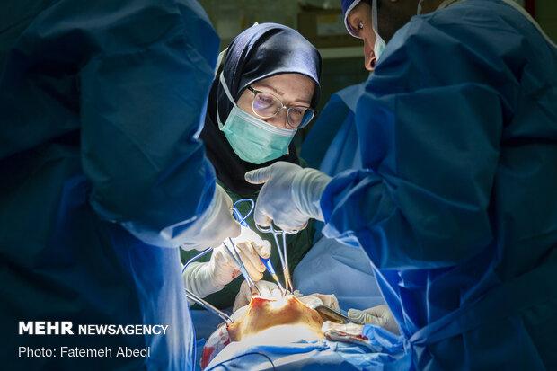 خانم گرانپایه در حال عمل جراحی در بیمارستان