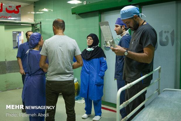 یکی از بیمارانِ لعبت در زمانِ جراحی ، از تخلیه بافتهایی از بدنش مطلع میشود.دکتر گرانپایه در حال صحبت کردن و توضیح دادن به او است