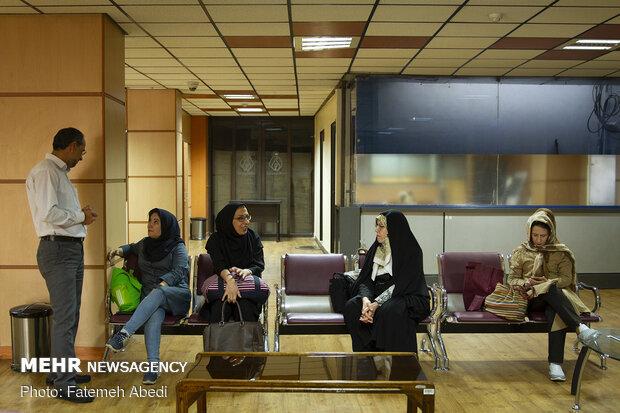 دکتر گرانپایه در ساختمانِ نظام پزشکی به همراه سایر اعضای تیم پزشکی، منتظر اعزام به منطقه محروم هستند