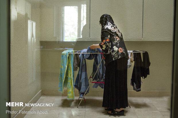 در روزهای تعطیل، به کارهای خانه رسیدگی می کند