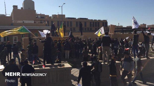 بغداد میں امریکی سفارتخانہ کے سامنےمظاہرہ/ مظاہرین پر امریکی سفارتخانہ سے آنسو گیس کی شیلنگ