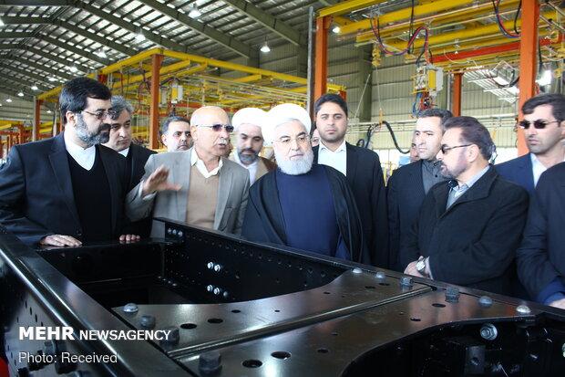 روحاني يدشّن معمل صنع أول جيل من الشاحنات الإيرانية