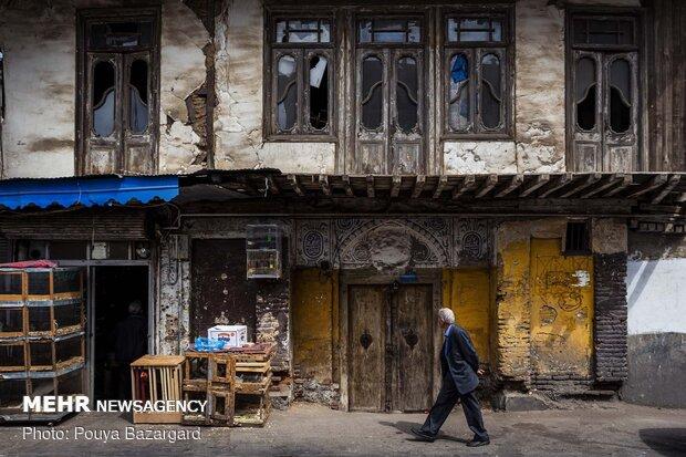 «پیرسرا»؛ که به«گذرپیرسرا» هم مشهور است از ابتدای سبزه میدان آغاز می شود و تا خیابان سردارجنگل ادامه دارد.این محله که از محله های قدیم شهر رشت است و میزبان مغازه های کوچک و بزرگ صنایع دستی گیلان است.