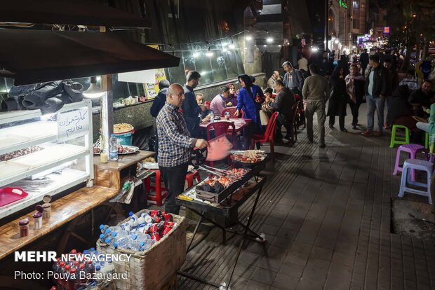 گاری های کباب فروشی در رشت یکی از مهم ترین جاذبه های گردشگری شهری این شهر هستند.