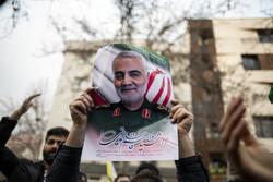 أهالي طهران يتظاهرون أمام مكتب الامم المتحدة عقب استشهاد الفريق سليماني