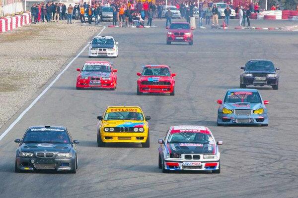 نبرد مهیج اتومبیلها در مسابقه «شتاب» بزرگ جزیره کیش