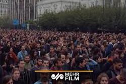 تجمع شماری از مردم در تورنتو کانادا مقابل کنسولگری آمریکا