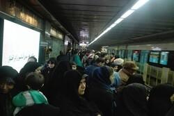 ازدحام جمعیت درمتروی مشهد برای رسیدن به مراسم تشییع سردار سلیمانی