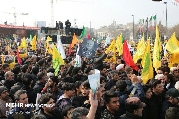 """حشود غفيرة في مشهد تشارك في تشييع جثماني الشهيدين """"سليماني"""" و""""المهندس"""""""