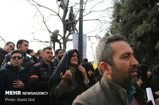 مردم عزادار مشهد در انتظار تشییع پیکر شهید سپهبد قاسم سلیمانی