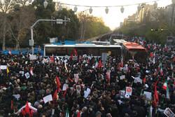 حضور گسترده، مسیر مردم را به خیابان های فرعی انقلاب تغییر داد