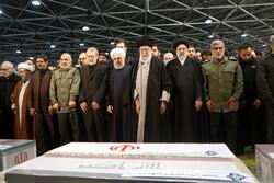 """قائد الثورة الاسلامية يؤدي صلاة الجنازة على جثماني الشهيدين """"سليماني""""و""""المهندس"""""""