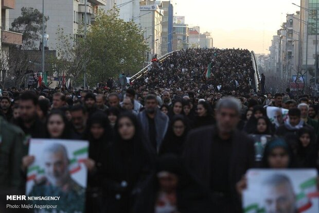 بدء مراسم تشييع جثماني الشهيدين الفريق سليماني والمهندس ورفاقهما في طهران