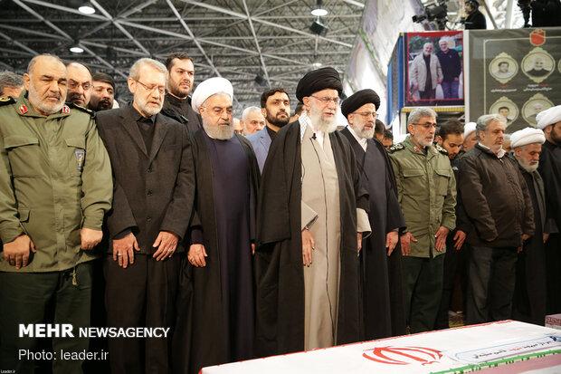 رهبر انقلاب بر پیکر شهید قاسم سلیمانی و همرزمانش نماز اقامه کردند
