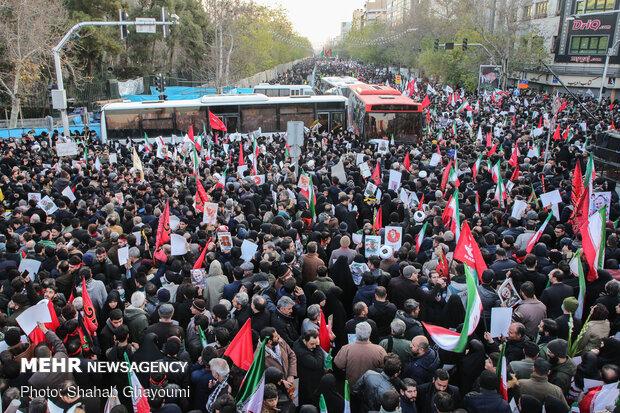 حضور بی نظیر مردم انقلابی در انتظار سردار قاسم سلیمانی