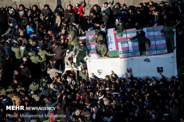 """حشود غفيرة في طهران تشارك في تشييع جثماني الشهيدين """"سليماني"""" و""""المهندس"""" (2)"""