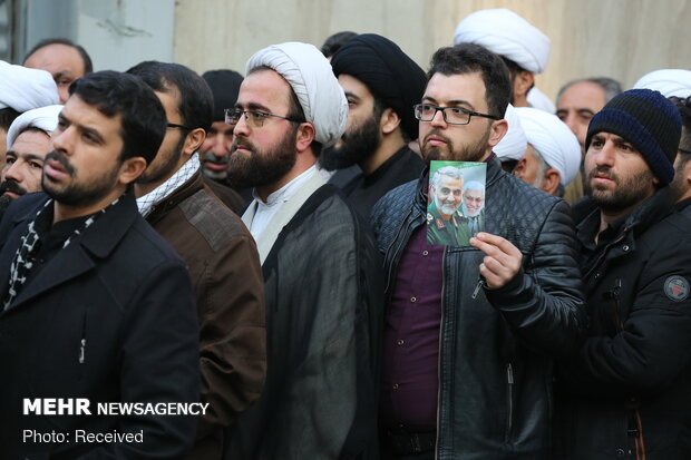 Leader receives thousands of people from Qom