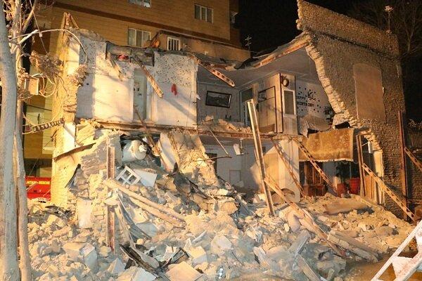 ریزش ساختمان دوطبقه و نجات معجزهآسای دونفر توسط آتشنشانان مشهدی