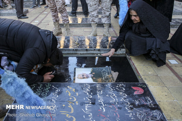 People pay homage to 'general of hearts'