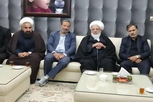 دیدار امام جمعه یزد با خانواده یکی از متوفیان سانحه سقوط هواپیما