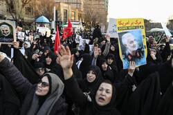 تہران میں برطانوی سفارتخانہ کے سامنے طلباء کا مظاہرہ