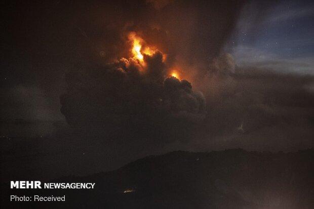 فلپائن میں آتش فشاں سے لاوے کا اخراج