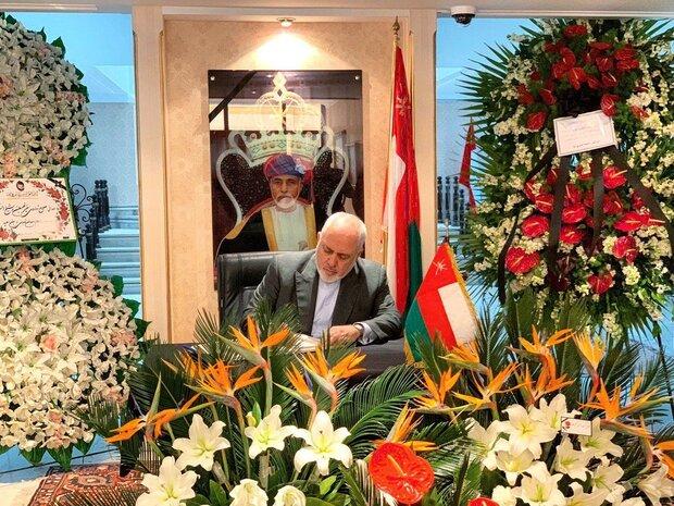 ظریف دفتر یادبود سلطان قابوس را امضا کرد