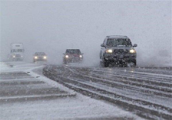 بارش برف سطح جاده های زنجان را لغزنده کرده است