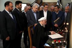 روحاني يوقع على سجل ذكريات شهداء سقوط الطائرة الاوكرانية