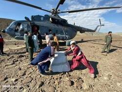Flood victims unload food and relief material from an IRGC Air Force helicopter near Jask in Hormozgan Province, January 14, 2020. (Mehr/Morteza Akhundi)