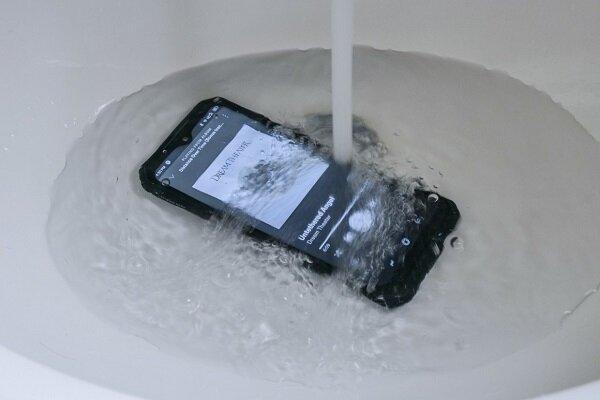 گوشی جان سختی که زیر شیر آب هم کار میکند