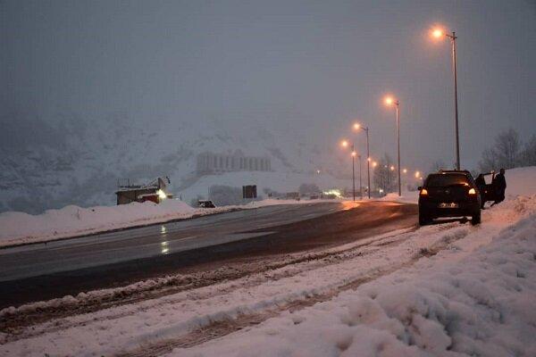 فیلمی از بارش برف و عملیات برف روبی در جاده های فارس