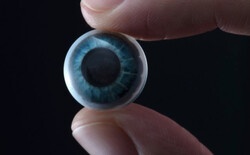 لنز چشمی که با تمرکز روی یک آیکون اپلیکیشنی را فعال می کند