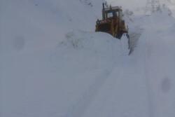 صوبہ لرستان میں سڑکوں سے برف ہٹانے کا کام جاری