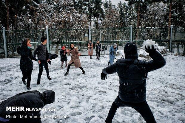 Snow brings joy to Shahr-e-Rey