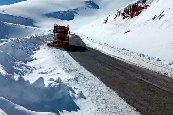 محوریاسوج به چرام مسدود شد/استفاده از زنجیر چرخ در محورهای برفگیر