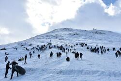 اراک کے پہاڑی درے میں برف پر ٹیوب سواری کا مظاہرہ