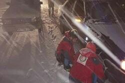 امداد رسانی به ۶۰ نفر گرفتار در برف و کولاک در محور خوی- چالدران