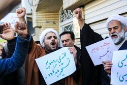تجمع جمعی از طلاب در اعتراض به ورود سفیر انگلیس به ایران