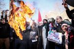 protesters in front of  Iranian FM over Zarif's remarks on negotiation with US