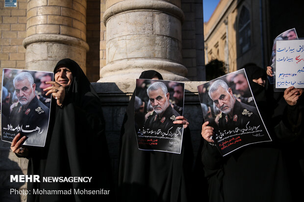 Protesters gather in front of FM over Zarif's remarks